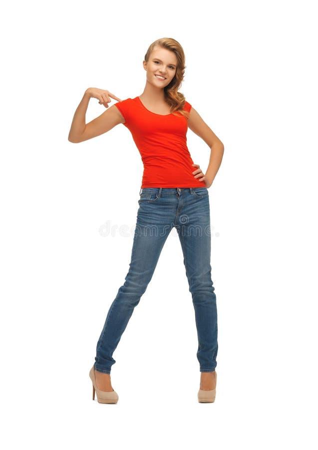 Piękna nastoletnia dziewczyna w czerwonej koszulce obraz royalty free