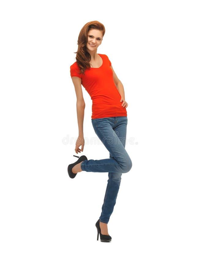 Piękna nastoletnia dziewczyna w czerwonej koszulce fotografia royalty free