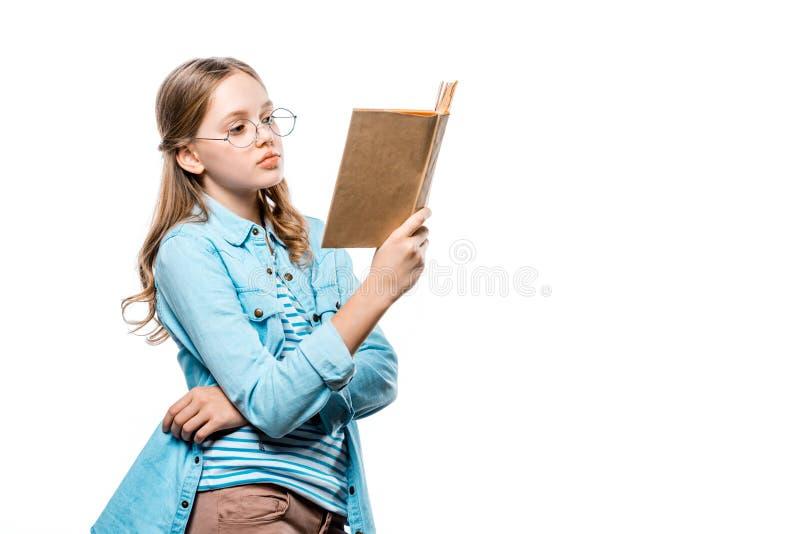 Piękna nastoletnia dziewczyna w eyeglasses czytelniczej książce obrazy stock