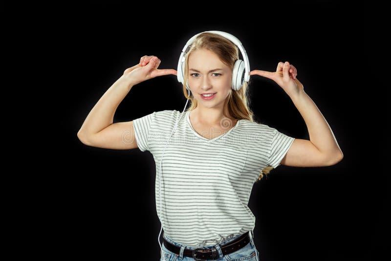 Piękna nastoletnia dziewczyna z hełmofonami obrazy stock