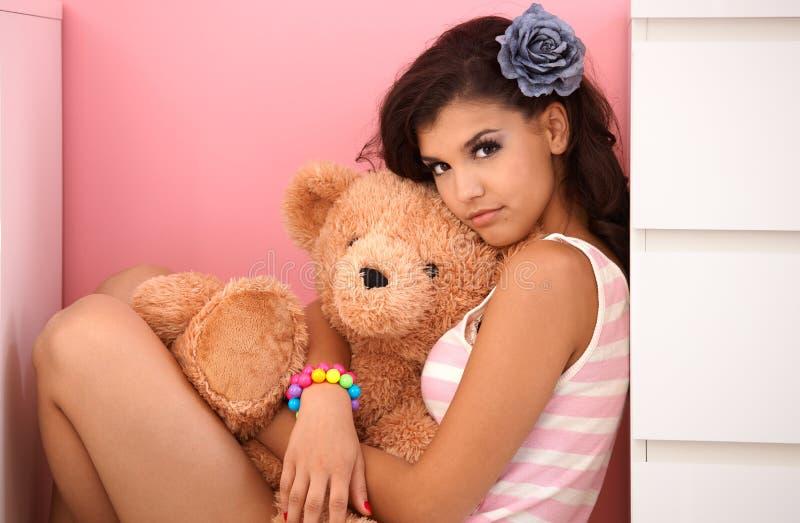 Piękna nastoletnia dziewczyna z misiem fotografia stock