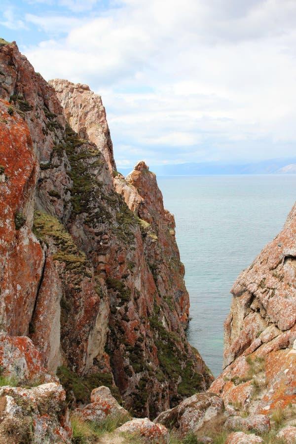 Piękna natura jezioro w lecie, wysokie góry i jasny, zieleniejemy, purpury woda Jeziorny Baikal, Syberia, Rosja - krajobraz obrazy royalty free