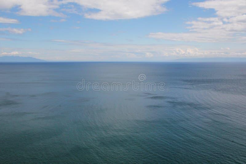Piękna natura jezioro w lecie, wysokie góry i jasny, zieleniejemy, purpury woda Jeziorny Baikal, Syberia, Rosja - krajobraz zdjęcia stock