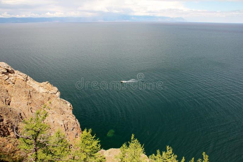 Piękna natura jezioro w lecie, wysokie góry i jasny, zieleniejemy, purpury woda Jeziorny Baikal, Syberia, Rosja - krajobraz obraz stock