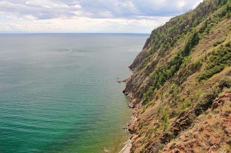 Piękna natura jezioro w lecie, wysokie góry i jasny, zieleniejemy, purpury woda Jeziorny Baikal, Syberia, Rosja - krajobraz zdjęcia royalty free