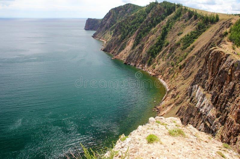 Piękna natura jezioro w lecie, wysokie góry i jasny, zieleniejemy, purpury woda Jeziorny Baikal, Syberia, Rosja - krajobraz obraz royalty free