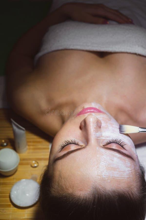 Piękna naturalna dziewczyny kobieta w zdroju salonie zdjęcia royalty free
