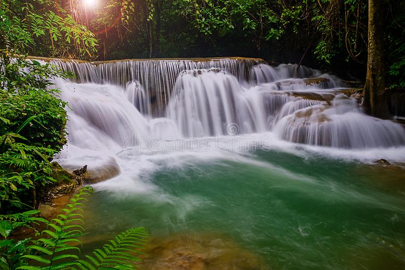 Piękna natury siklawa w Kanjanaburi Tajlandia Huai Mae Khamin Spada i forrest zdjęcia royalty free