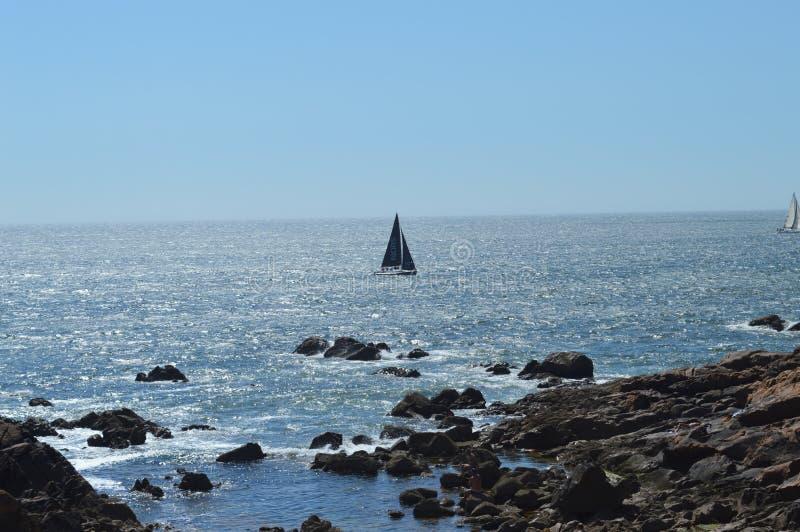 Piękna niebieska plaża z łodziami w GRACE BAY, TURKS i CAICOS obrazy royalty free