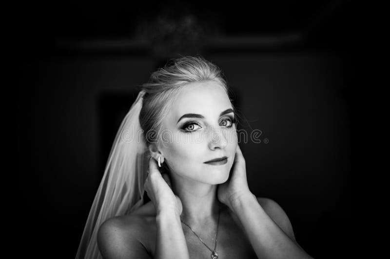 Piękna niewinnie blondynki panna młoda pozuje, twarzy zbliżenie zdjęcie royalty free