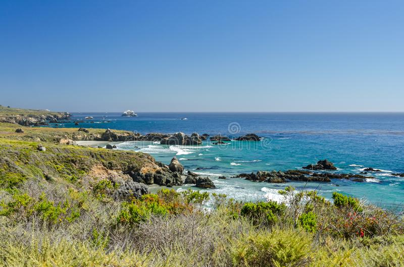 Piękna niewygładzona linia brzegowa przy oceanem spokojnym w Kalifornia, Stany Zjednoczone obrazy stock