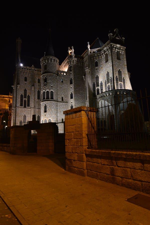 Piękna noc Strzelająca Biskupi pałac W Astorga Architektura, historia, Camino de Santiago, podróż, nocy fotografia obraz stock