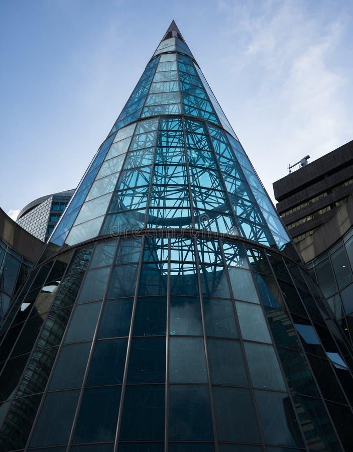 Piękna nowożytna architektura na ten wyginającym się szklanym budynku zdjęcia royalty free