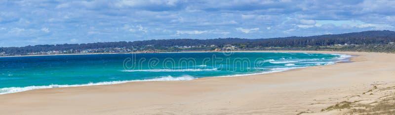 Piękna ocean plaża na jaskrawym słonecznym dniu z białą puszystą chmury panoramą obrazy stock