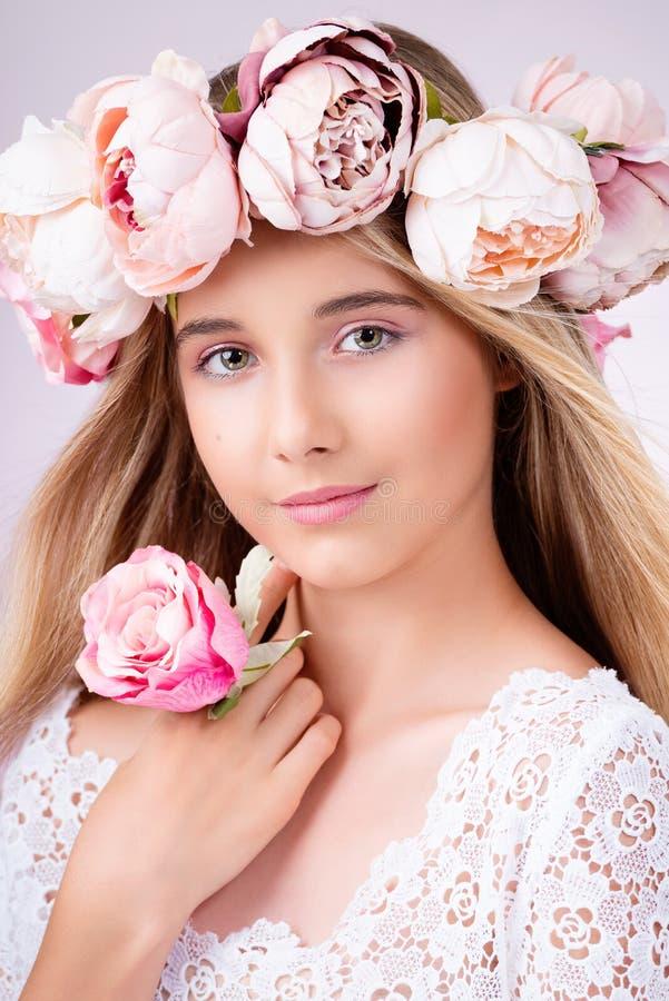 piękna odosobniony portreta biel Piękna blondynki dziewczyna z wiankiem kwiaty obrazy royalty free