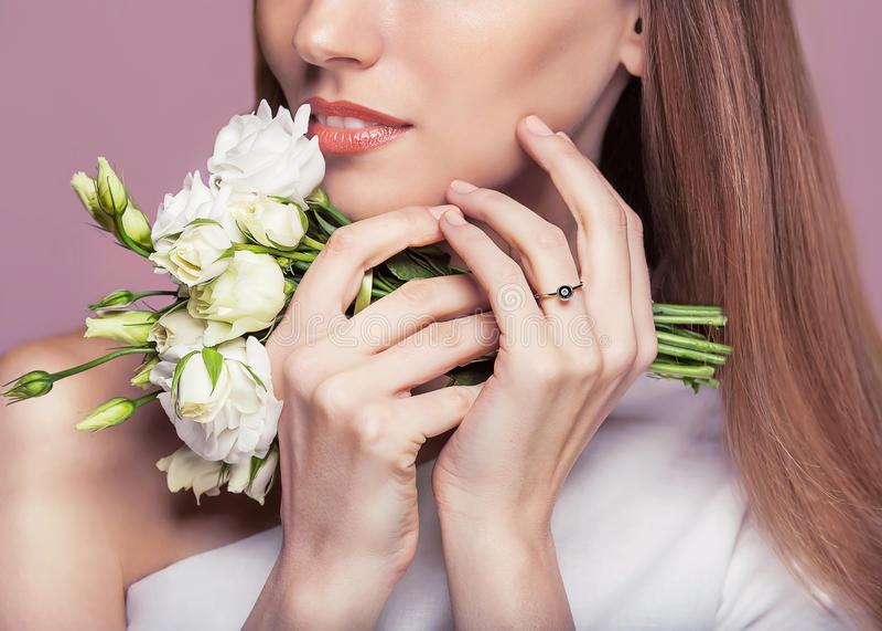 piękna odosobniony portreta biel Piękna zdrój kobieta Dotyka jej twarz zdjęcia royalty free
