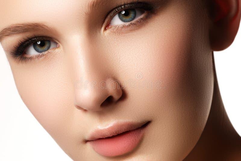 piękna odosobniony portreta biel Piękna zdrój kobieta Perfect Świeża skóra Isolat zdjęcia stock