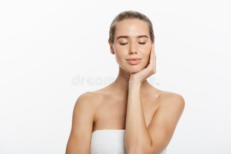 piękna odosobniony portreta biel Piękna zdrój kobieta Dotyka jej twarz Perfect Świeża skóra Czysta piękno modela dziewczyna Młodo zdjęcie royalty free