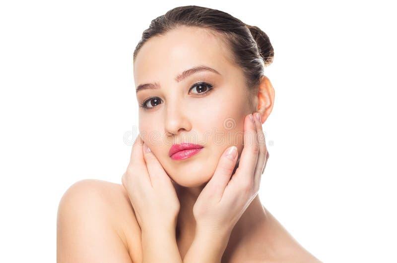 piękna odosobniony portreta biel Zdrój kobieta Dotyka jej twarz Perfect Świeża skóra Młodości i skóry opieki pojęcie obraz royalty free