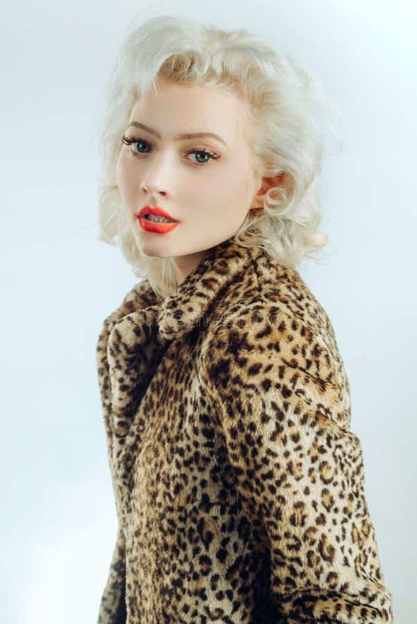 Piękna oka makeup dla cutiest spojrzenia kiedykolwiek Makeup model z długimi oko batami i seksownym spojrzeniem Zmysłowa dziewczy fotografia stock
