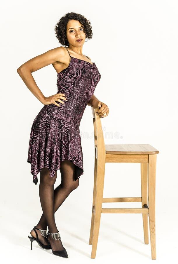 Piękna oliwkowa dziewczyna w jaskrawej sukni zdjęcie royalty free