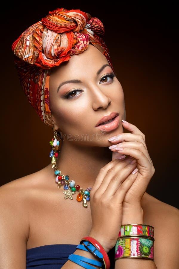 Piękna oliwkowa młoda kobieta z turbanem na głowie zdjęcie royalty free