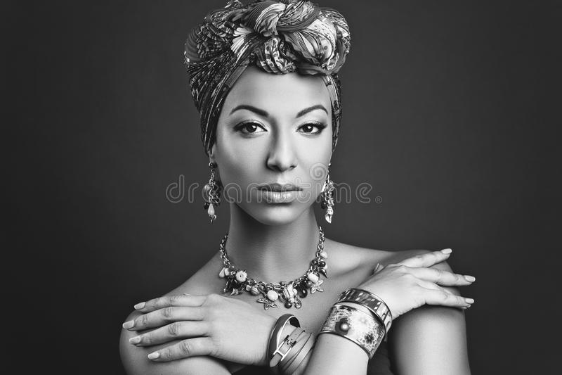 Piękna oliwkowa młoda kobieta z turbanem na głowie zdjęcia stock
