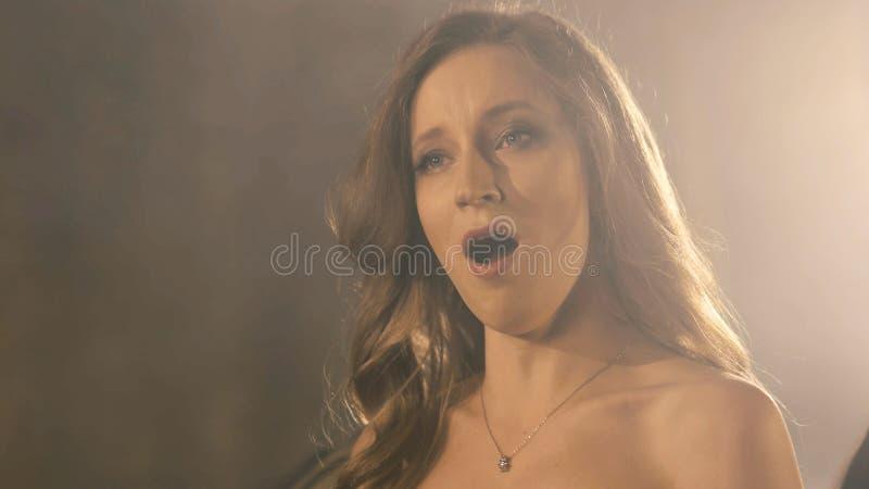 Piękna opera piosenkarza dziewczyna 4k portreta zakończenie up artysty piosenkarz obraz stock