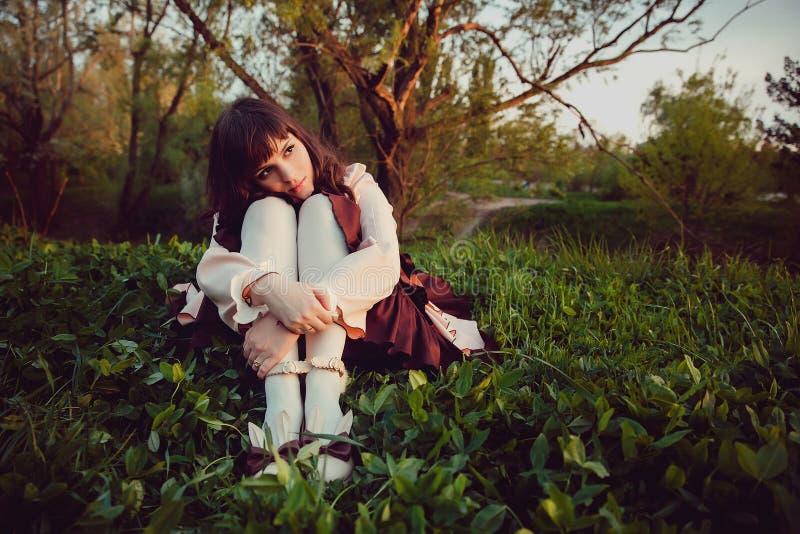 Piękna osamotniona dziewczyna w rocznik sukni zadumany Wieczór smucenie obrazy royalty free