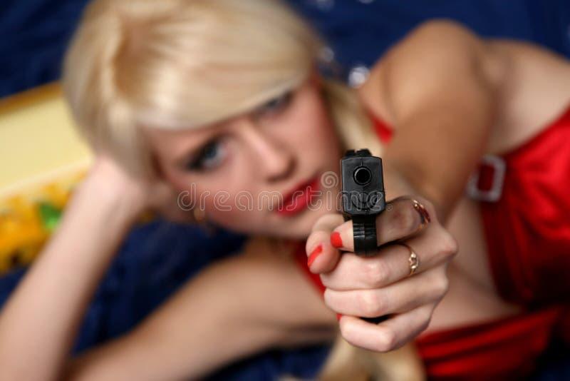 piękna ostrości pistoletu mienia kobieta obrazy stock