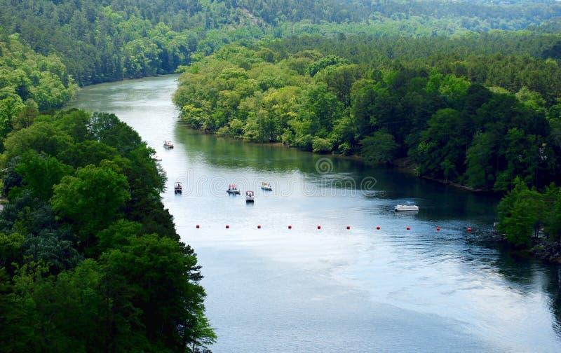 Piękna Ouachita rzeka Pod Blakely tamą od Jeziornego Ouachita w Jeziornego Hamilton, AR obraz royalty free