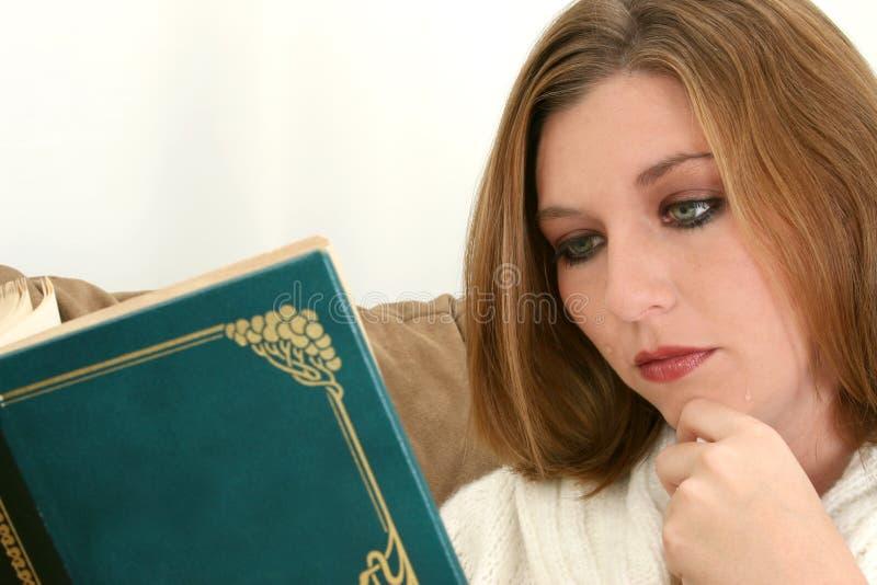 piękna płacz powieść przez kobietę zdjęcia royalty free