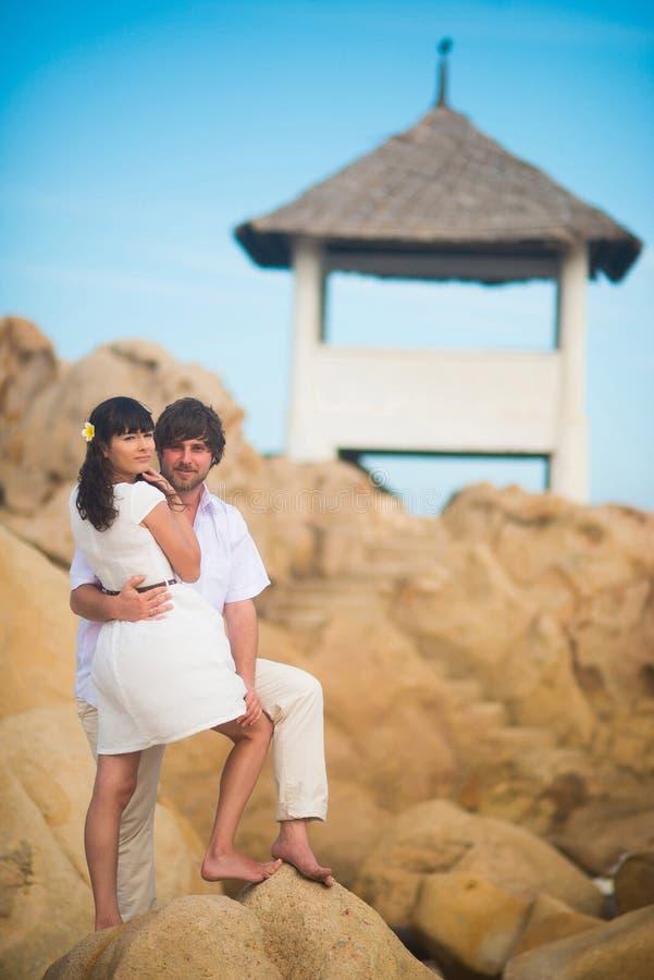 Piękna państwo młodzi ślubu para w dzień małżeństwa w na wolnym powietrzu na falezach góry zdjęcie royalty free