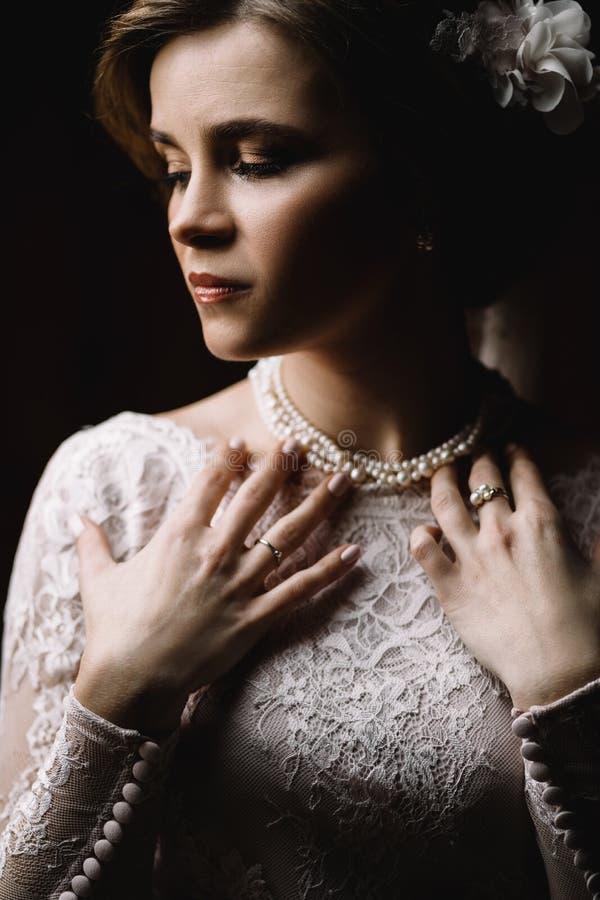 piękna panna młoda Ślubna fryzura i uzupełniał obraz stock