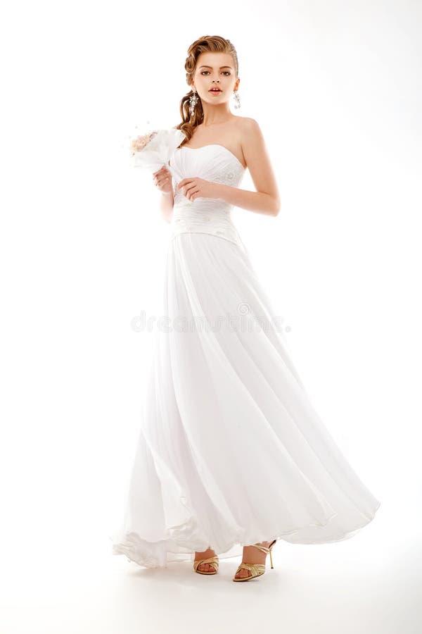 Piękna panna młoda. Ślubna suknia. Bukiet kwiaty zdjęcie stock