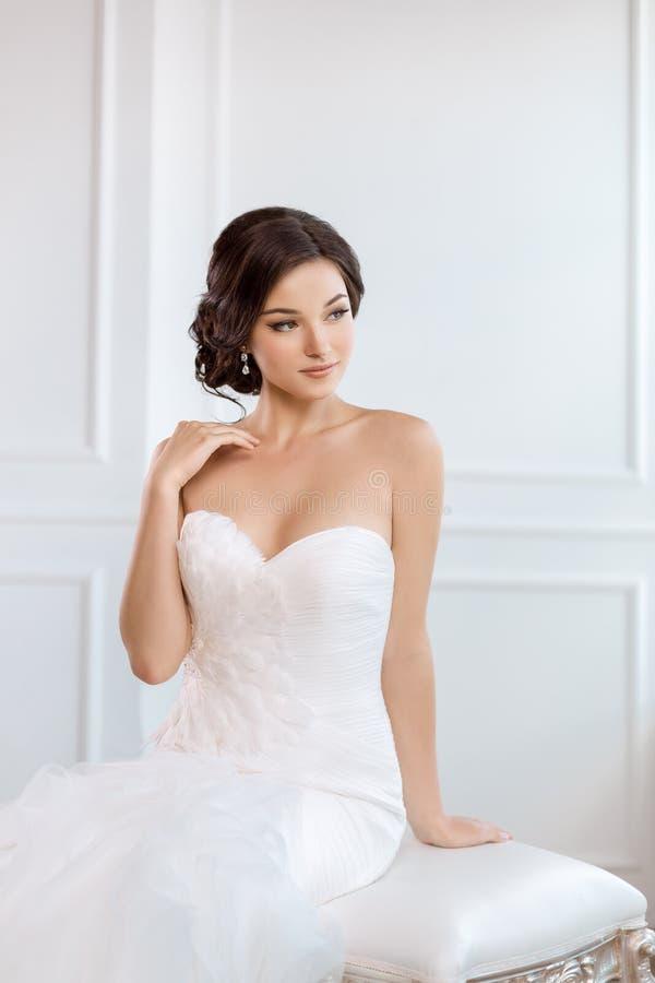piękna panna młoda Ślubnego fryzura makijażu mody sukni luksusowy pojęcie obrazy stock