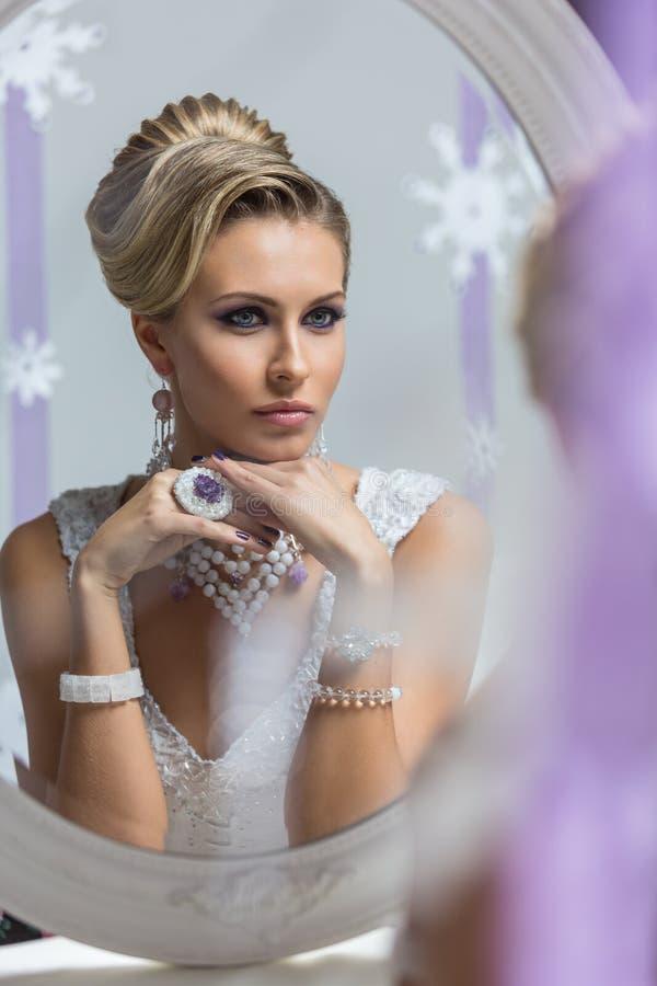 Piękna panna młoda patrzeje w lustrze zdjęcie royalty free