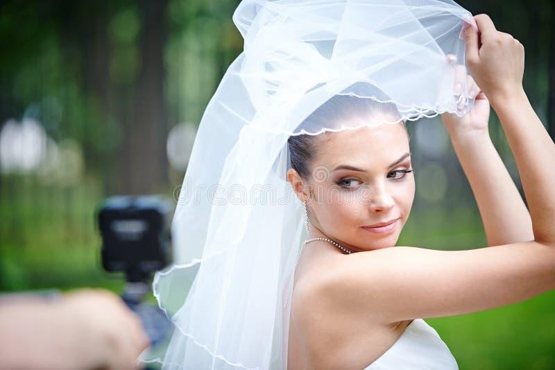 Piękna panna młoda pozuje dla videographer zdjęcie stock