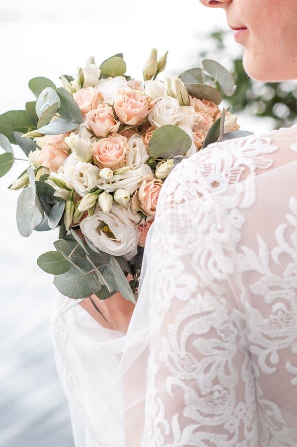 Piękna panna młoda trzyma ślubnego kolorowego bukiet Piękno barwioni kwiaty Zakończenie wiązka florets _ obraz stock