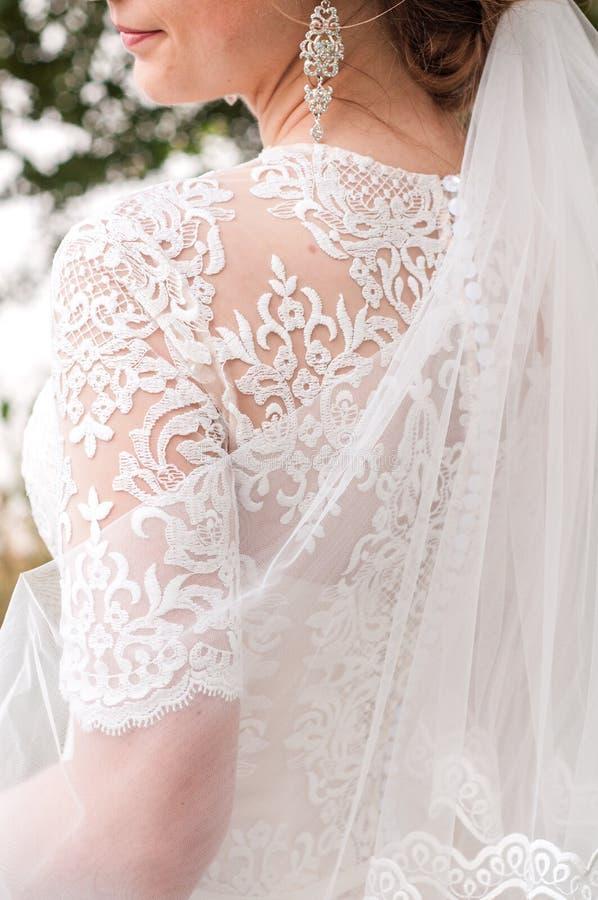 Piękna panna młoda trzyma ślubnego kolorowego bukiet Piękno barwioni kwiaty Zakończenie wiązka florets _ obraz royalty free