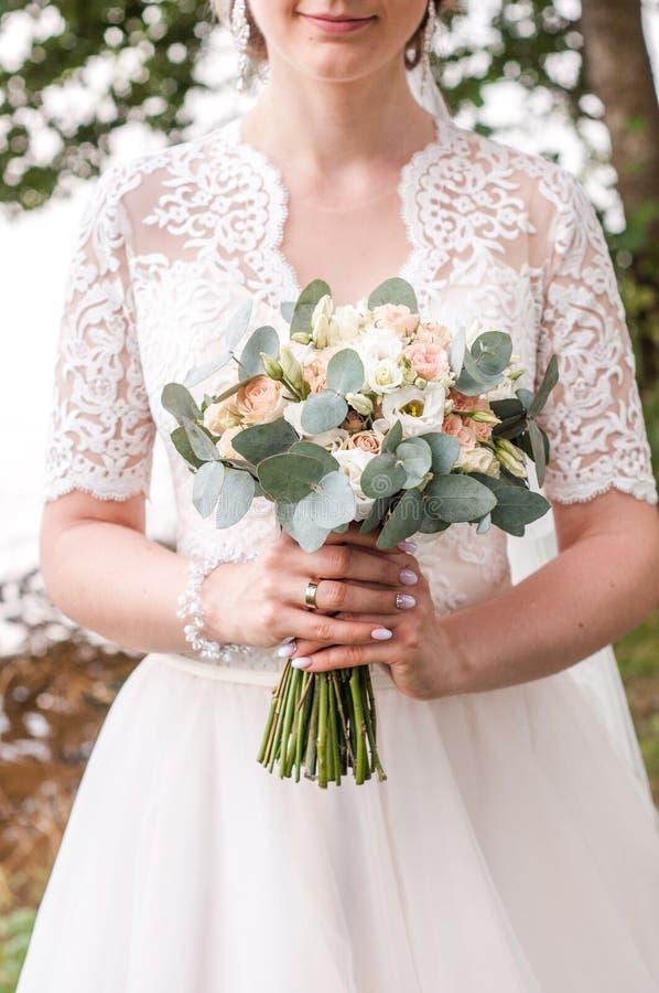 Piękna panna młoda trzyma ślubnego kolorowego bukiet Piękno barwioni kwiaty Zakończenie wiązka florets _ fotografia stock