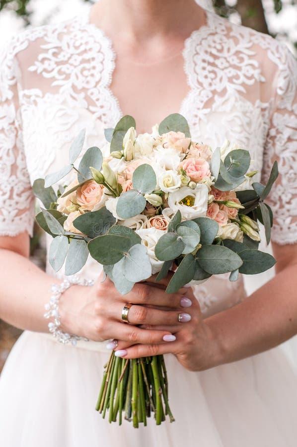 Piękna panna młoda trzyma ślubnego kolorowego bukiet Piękno barwioni kwiaty Zakończenie wiązka florets Bridal akcesoria f fotografia stock