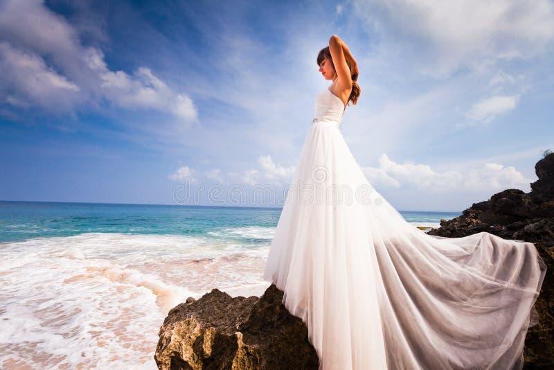 Piękna panna młoda ubierająca w ślubnej sukni obraz royalty free