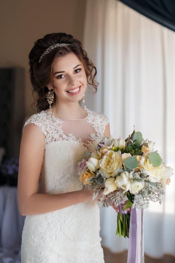 Piękna panna młoda w ślubnej sukni z bukietem kwiaty zdjęcia stock