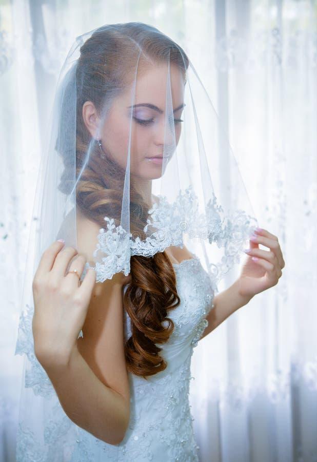 Piękna panna młoda w białej ślubnej sukni fotografia stock