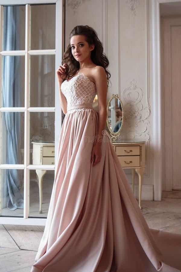 Piękna panna młoda w luksus sukni młoda kobieta w ślubnym photosession obraz stock