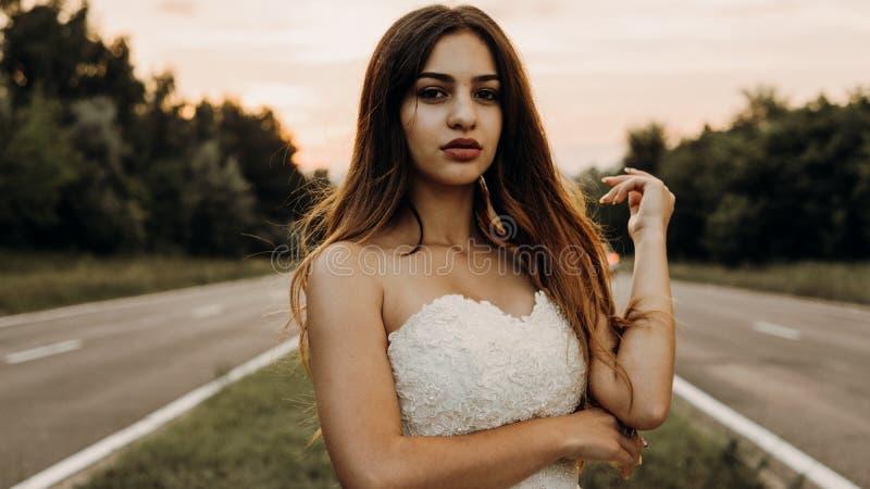 Piękna panna młoda w pszenicznym polu na zmierzchu obraz stock
