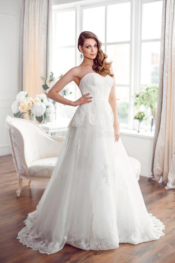 Piękna panna młoda w wspaniałej ślubnej sukni indoors Ślubna moda zdjęcia stock