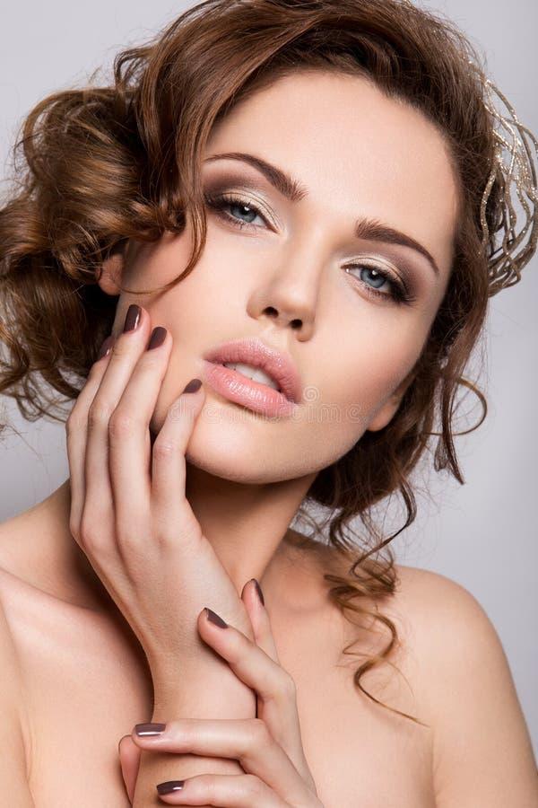 Piękna panna młoda z ślubnym makeup i fryzurą zdjęcia stock