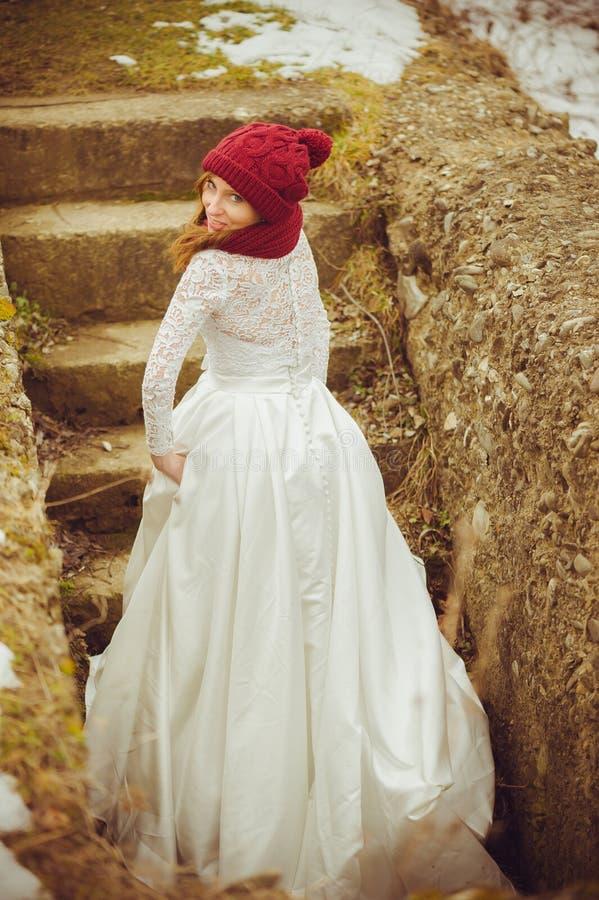 Piękna panna młoda z dużym ślubnym bukietem obrazy stock
